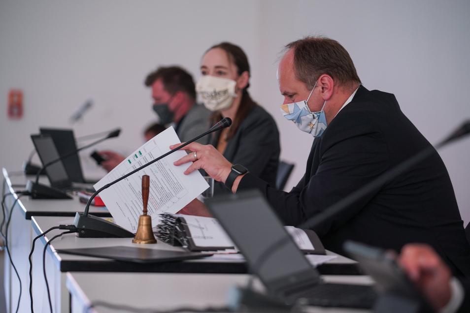 Oberbürgermeister Dirk Hilbert liegt mit Dresdner Stadträten im Corona-Zoff.