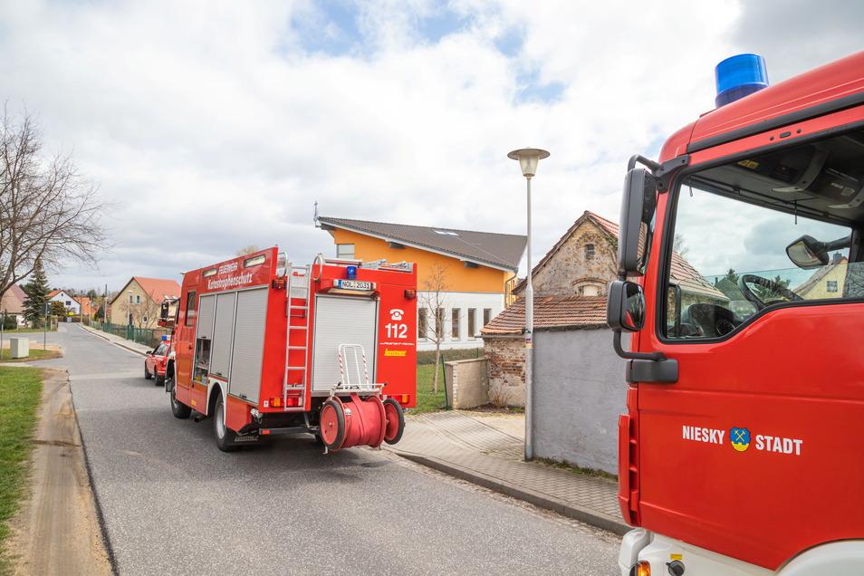 Donnerstagmittag wurde die Nieskyer Feuerwehr zu einem Pellet-Brand in der Albert-Schweitzer-Straße, Ecke Neusärichener Straße, gerufen.