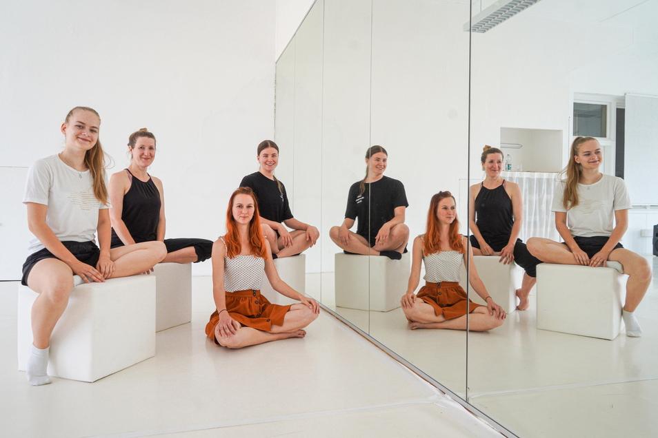 Soléy Brand (l.), Josefin Schultz (auf dem Boden) und Sally Proft (r.) gehören zur TanzArt-Company in Kirschau. Unter der Leitung von Jana Schmück (2.v.l.) haben die Tänzerinnen jetzt einen Kulturspaziergang zu Wendepunkten im Leben entwickelt.