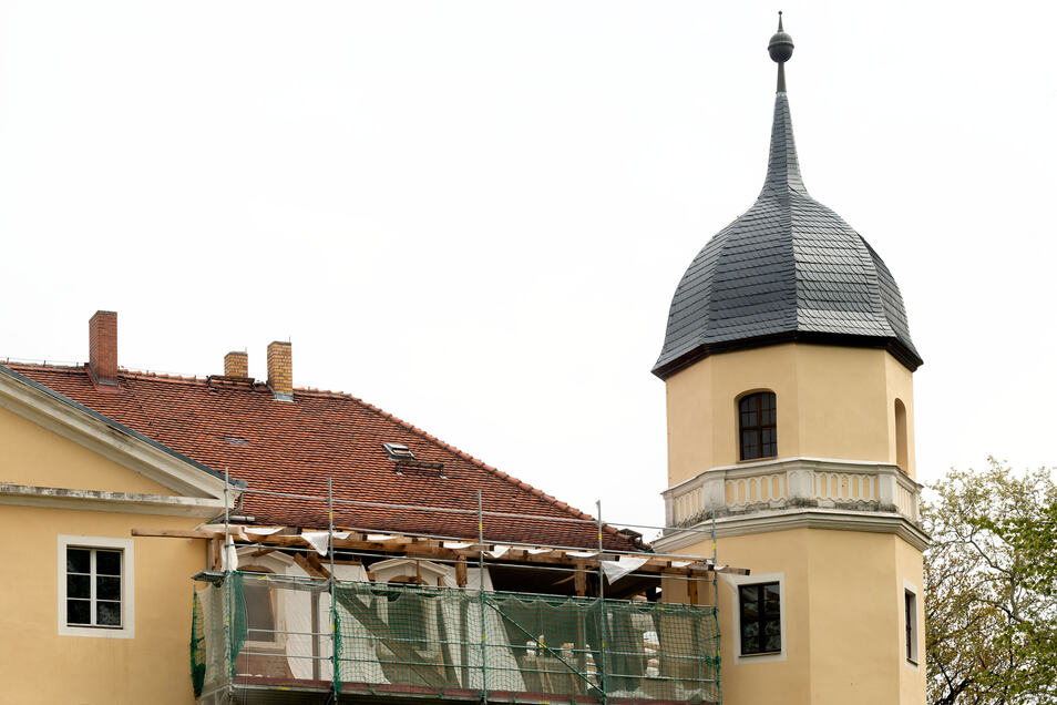 Derzeit wird das Dach des Mansardgeschosses über dem Barocksaal saniert.