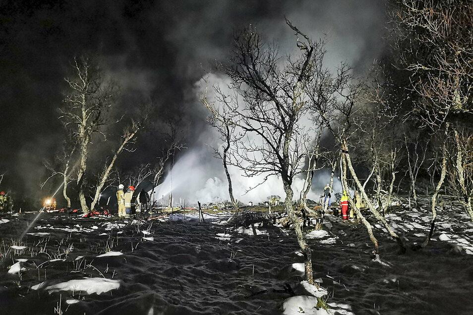 Das von der norwegischen Polizei veröffentlichte Foto zeigt Feuerwehrleute, die an der Hütte den Brand löschen.