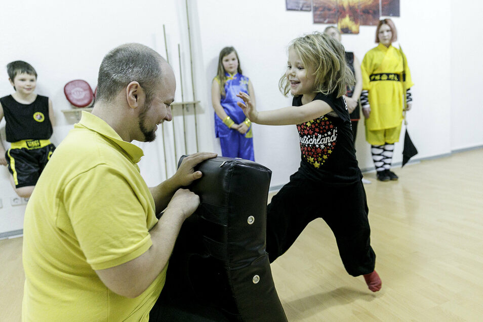 Die kleine Leonie trainiert bei Alexander Bastian in der Kampfkunstschule Phoenix am oberen Ende der Jakobstraße. Hinten rechts beobachtet Jugendtrainerin Snezhana Shakhurova das Geschehen.