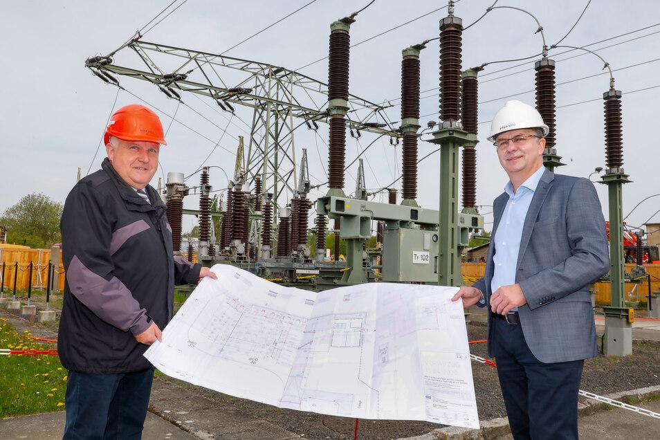 Steffen Heine, Geschäftsführer von Enso Netz (rechts) und Löbaus Oberbürgermeister Dietmar Buchholz mit den Plänen für das neue Umspannwerk.