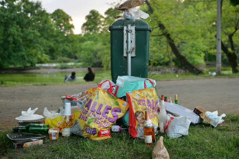 Vollgestopfte Mülleimer in Leipziger Park: Nicht erst seit der Corona-Krise ein Problem.