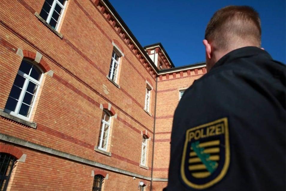 Die Polizei überwachte die Szenerie.