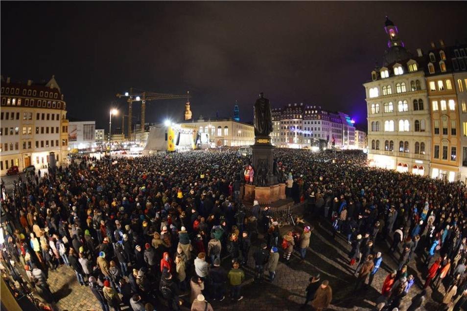 Gegen 21 Uhr waren laut Polizeiangaben etwa 22.000 Menschen auf dem Neumarkt versammelt.
