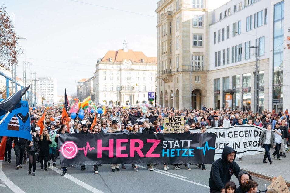 """Teilnehmer der Demonstration """"Herz statt Hetze"""" zogen schon zum vierten Pegida-Jahrestag 2018 durch die Dresdner Innenstadt, um für Weltoffenheit zu demonstrieren."""