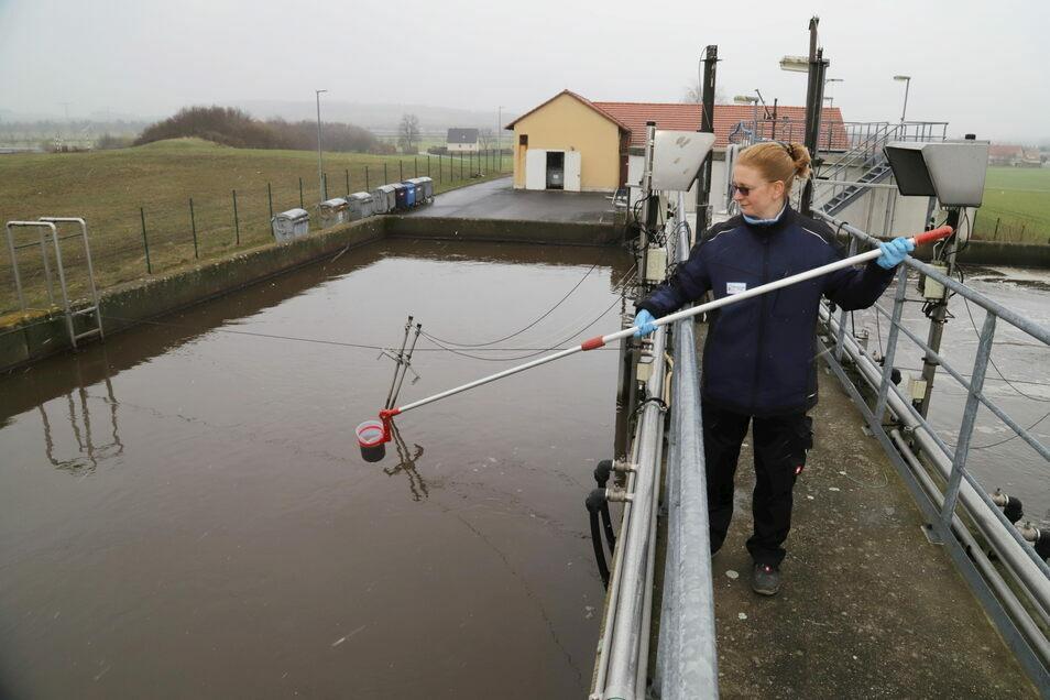 Cornelia Linke nimmt Proben zur Eigenkontrolle der Abwasserqualität im Klärwerk Kodersdorf. Sie ist Mitarbeiterin im Fachunternehmen Kretschmer, das für die Gemeinde Kodersdorf das Klärwerk betreibt.