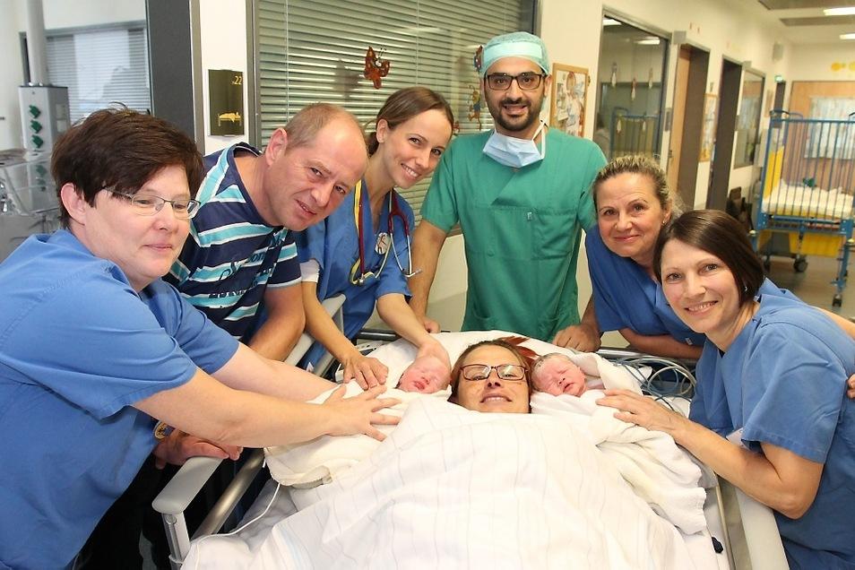 Am 19. September kamen im Seenland-Klinikum Hoyerswerda die Zwillinge Dominik (links) und Miriam (rechts) auf die Welt und machten Familie Passeck glücklich. Am gleichen Tag hatten die Hebamme Heike (r.) und der Arzt Mohammad Hassan (3.v.r.) Geburtstag.