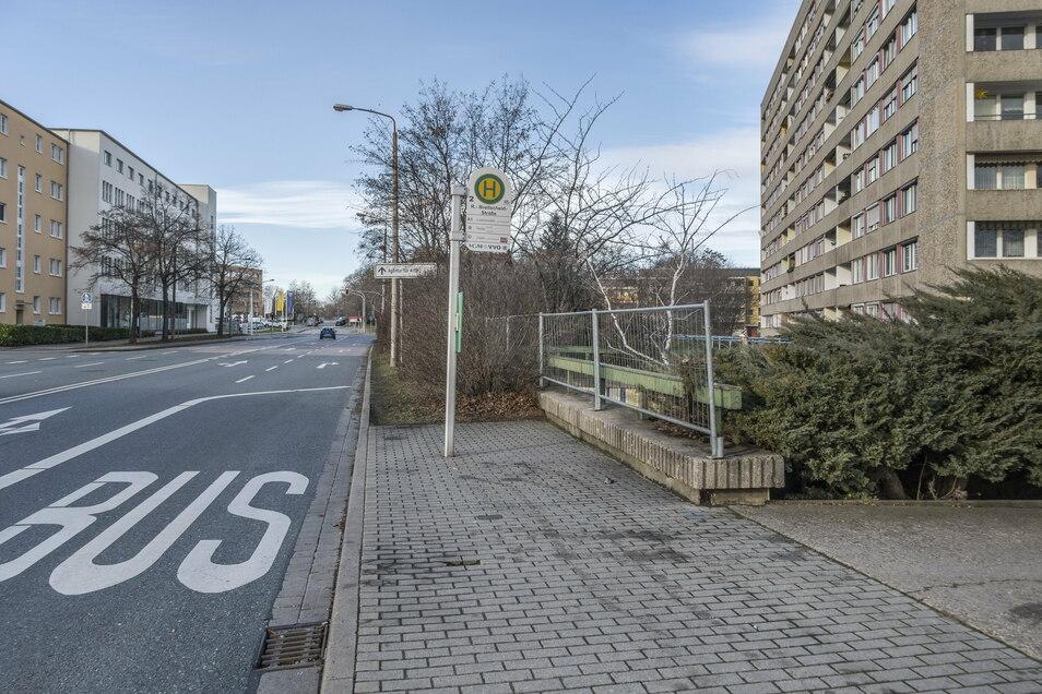Vom nahe gelegenen Bushalt ist das Bauwerk nicht zu sehen – es liegt relativ versteckt hinter Büschen am Straßenrand.