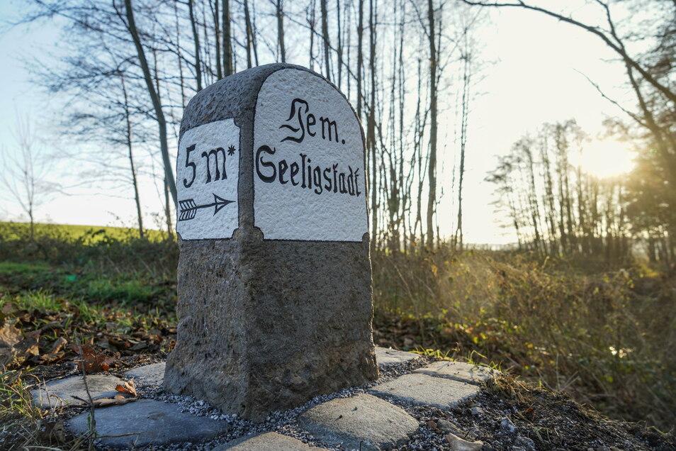 Seit Kurzem steht der Wegestein wieder dort, wo er nach Ansicht des Natur- und Heimatvereins Seeligstadt auch hingehört: am Ortseingang aus Richtung Arnsdorf.