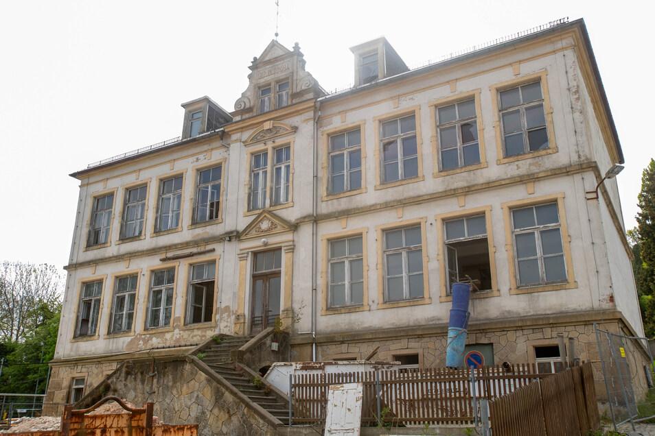Die ehemaligen Schulgebäude in Cotta werden saniert. Das Bild zeigt die sogenannte Neue Schule.