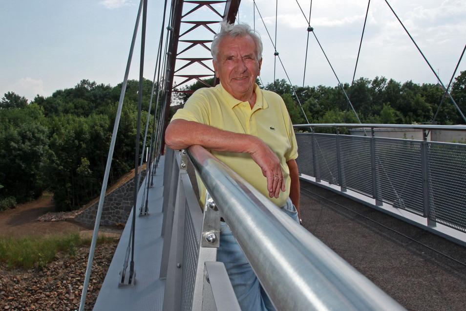 Günter Colve im Mai 2011 auf der neuen Schlossbrücke. Als Stadtrat setzte er sich nach seiner beruflichen Tätigkeit sehr für den Bau dieser Brücke ein.