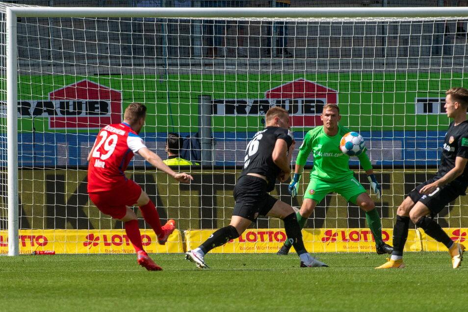 Der Schuss sitzt perfekt: Beim Tor zum 1:0 für Heidenheim durch Tobias Mohr (l.) hat auch Dynamos Torwart Kevin Broll keine Abwehrchance.