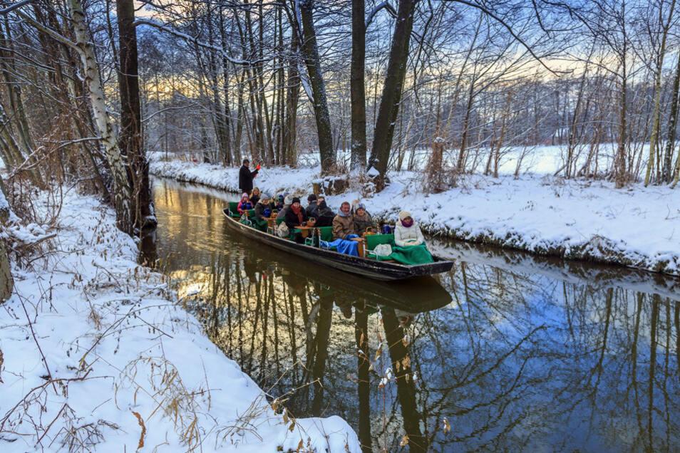 Still ruht der Kanal: Mit dem Kahn geht es durch die schneebedeckte Landschaft des Spreewaldes.