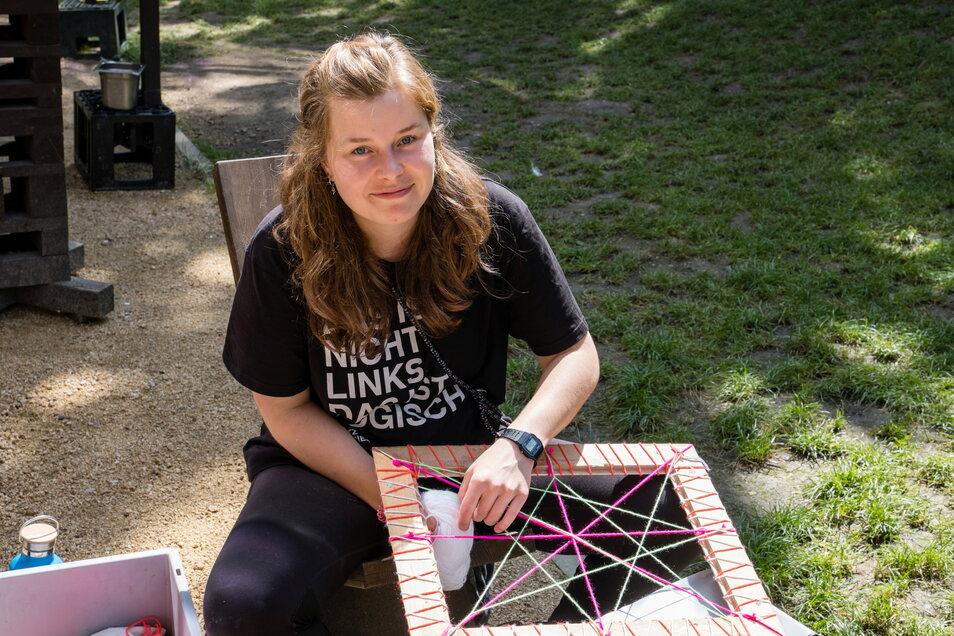 Dina Bergmann bastelt Dekoration fürs Fokus-Festival.
