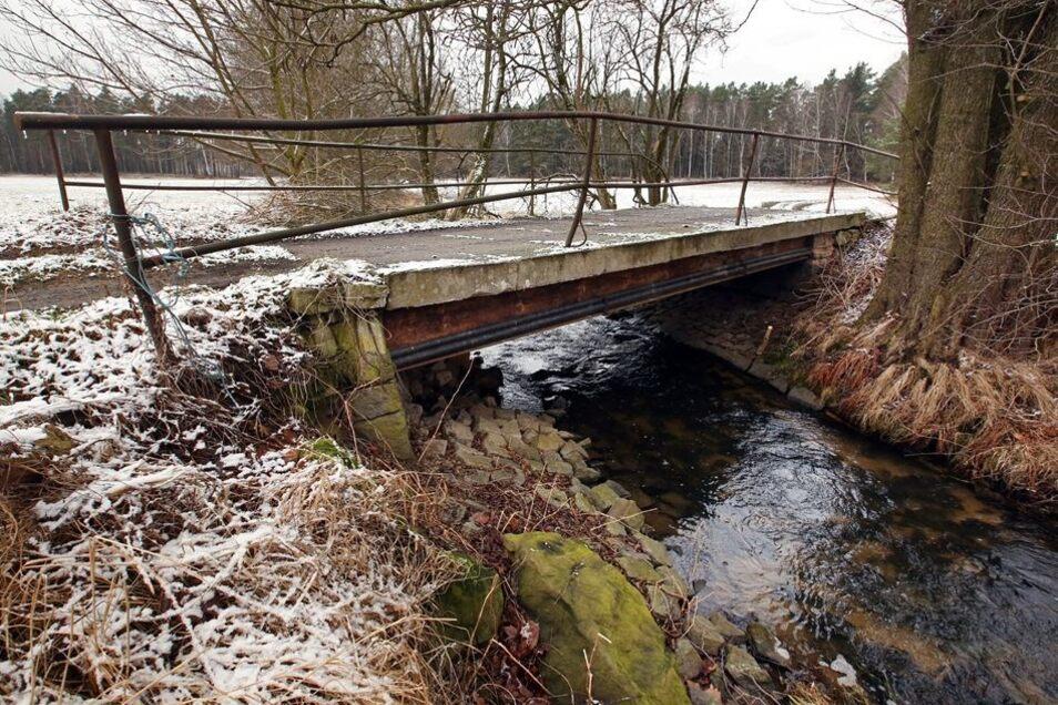 In der Nähe der Lomnitzer Straße quert ein Wirtschaftsweg die Kleine Röder über diese wenig Vertrauen erweckende Konstruktion. Die Brücke soll ebenfalls verschwinden und für etwas mehr als 170000 Euro durch einen Neubau ersetzt werden.