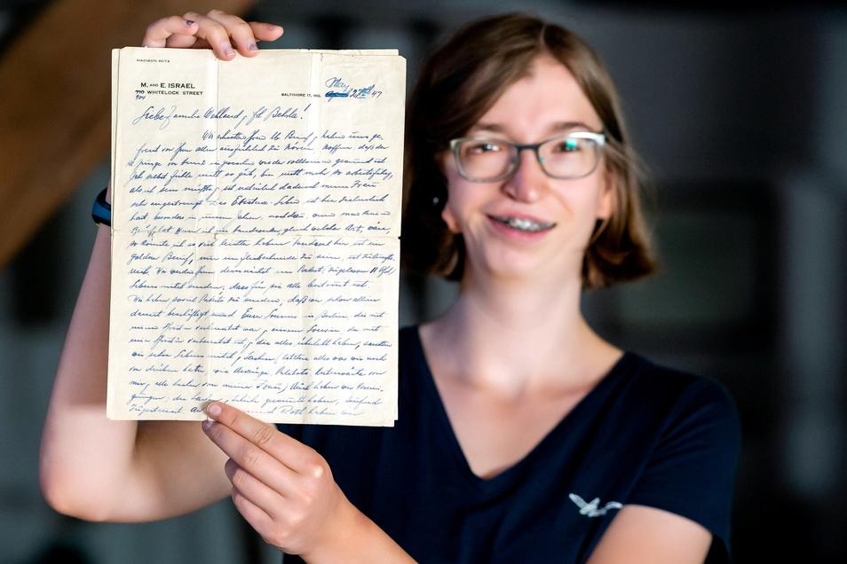 Margarete Hentzschel aus Berthelsdorf zeigt einen der Briefe, die Familie Israel nach der Flucht an Schneidermeister Wehland geschrieben hatte.