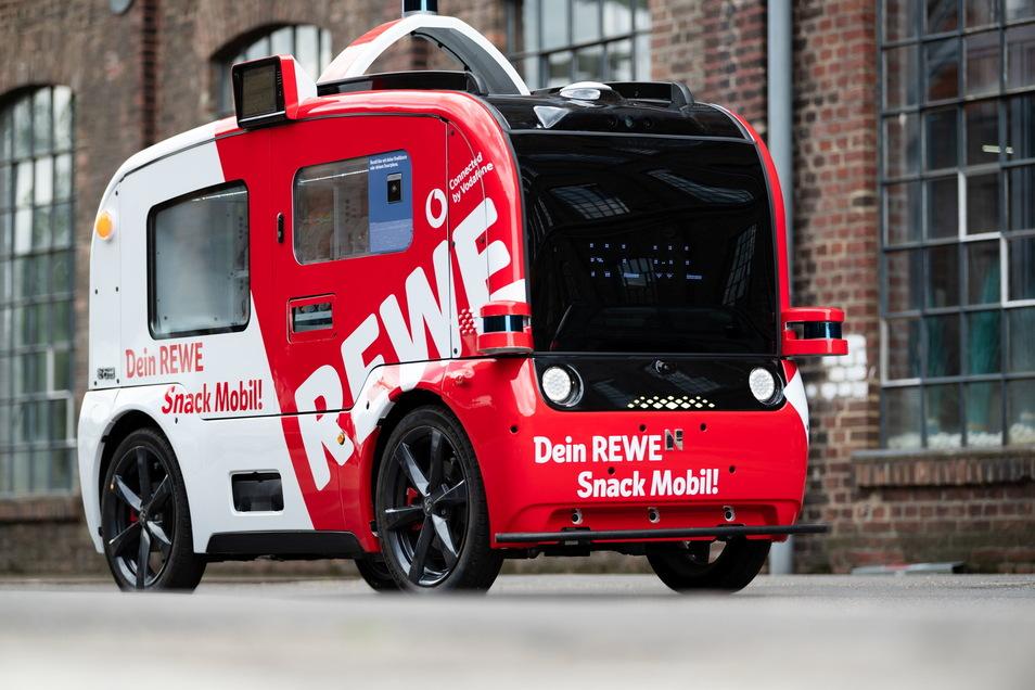 """Das ·""""Snack Mobil""""· von REWE rollt durch Köln - ohne Fahrer und ohne Kasse."""