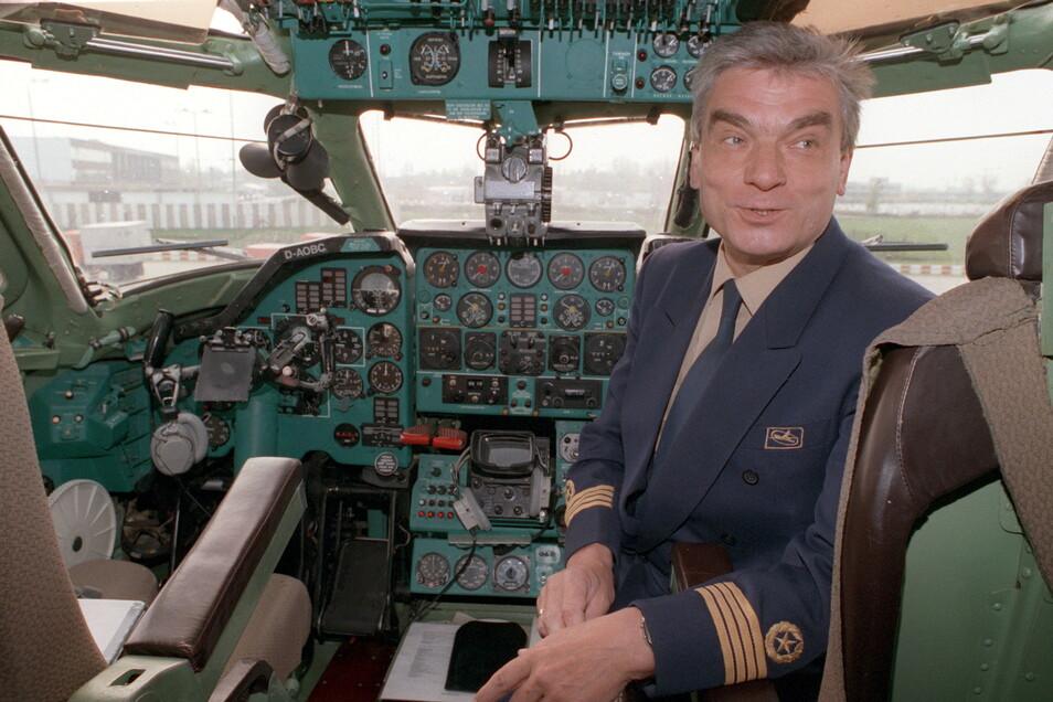 Flugkapitän Klaus Petzold sitzt am 30.04.1991 im Cockpit eines Flugzeuges der Gesellschaft Interflug.