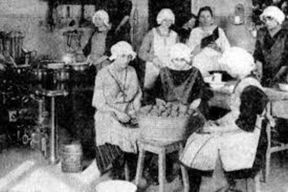 Hauswirtschaftsunterricht in der Küche des Krönertstiftes. Jährlich besuchten über 400 Mädchen die Lehrstätte in der Deubener Poststraße. Eine Aufnahme aus den 20er-Jahren.