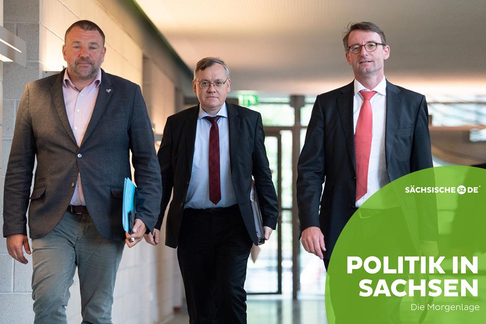 Sachsens Pressesprecher Jan Meinel, Innenminister Roland Wöller und neuer Präsident des Landesamtes für Verfassungsschutz Dirk-Martin Christian (v.l.) auf dem Weg zur Pressekonferenz.