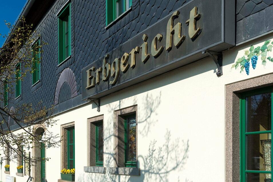 Der Saal im Erbgericht in Rammenau wird von einem Lichtenberger Raumausstatter erneuert.