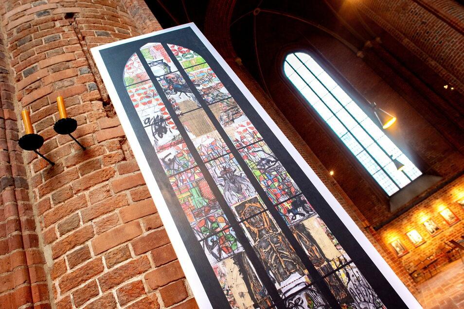 Ein Abbild des von Markus Lüpertz entworfenen Kirchenfensters zum Thema Reformation steht während eines Ortstermins im Zivilprozess um das Fenster in der Marktkirche.