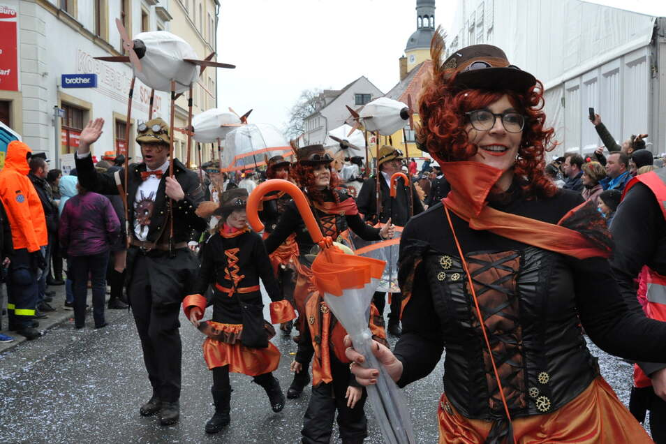 So fantasievoll und farbenfroh wie beim vorerst letzten Karnevalsumzug Ende Februar 2020 soll es auch im nächsten Jahr wieder in Radeburg zugehen. Das Motto steht nun fest. Doch Corona sorgt weiter für Unsicherheit.
