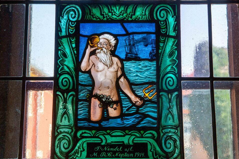 Zeitzeugen im Vereinshaus: Bild des Porzellanmalers William Bahring, Bleiglasfenster mit Namensgeber Neptun.