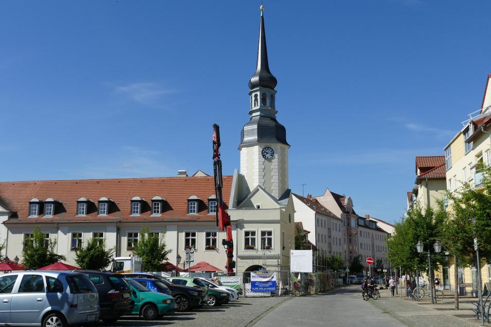 Spiel mit den Dimensionen: Marktplatz-Kandelaber und Rathaus-Turm.