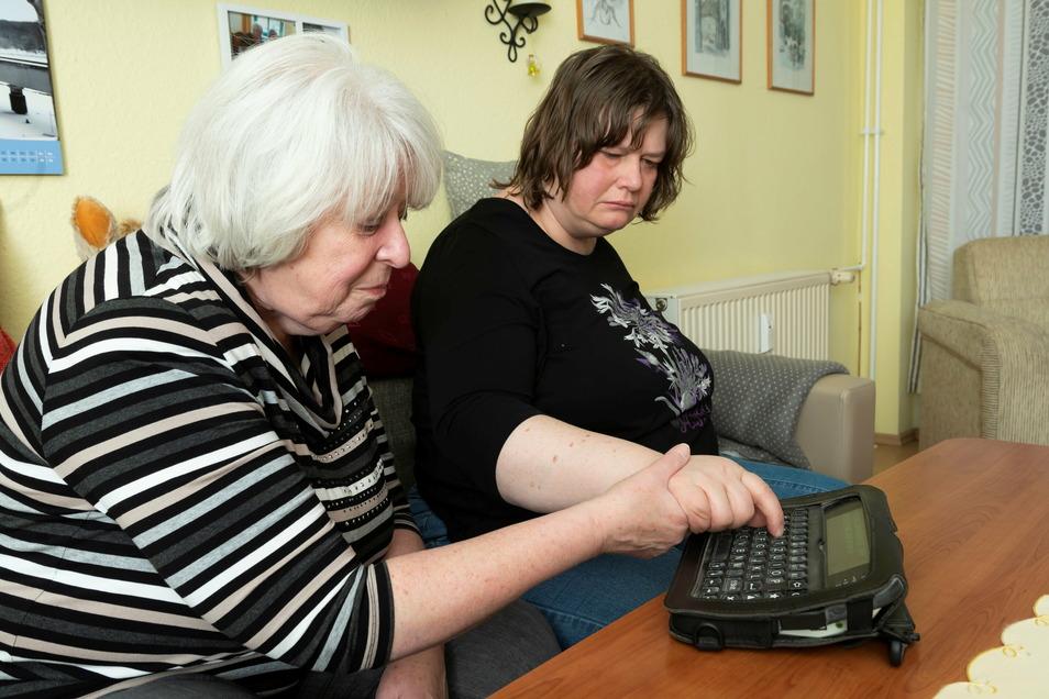 Ihre einzige Art miteinander zu kommunizieren: Sigrid Görlich aus Dresden und ihre autistische Tochter Regine an der elektronischen Schreibhilfe.
