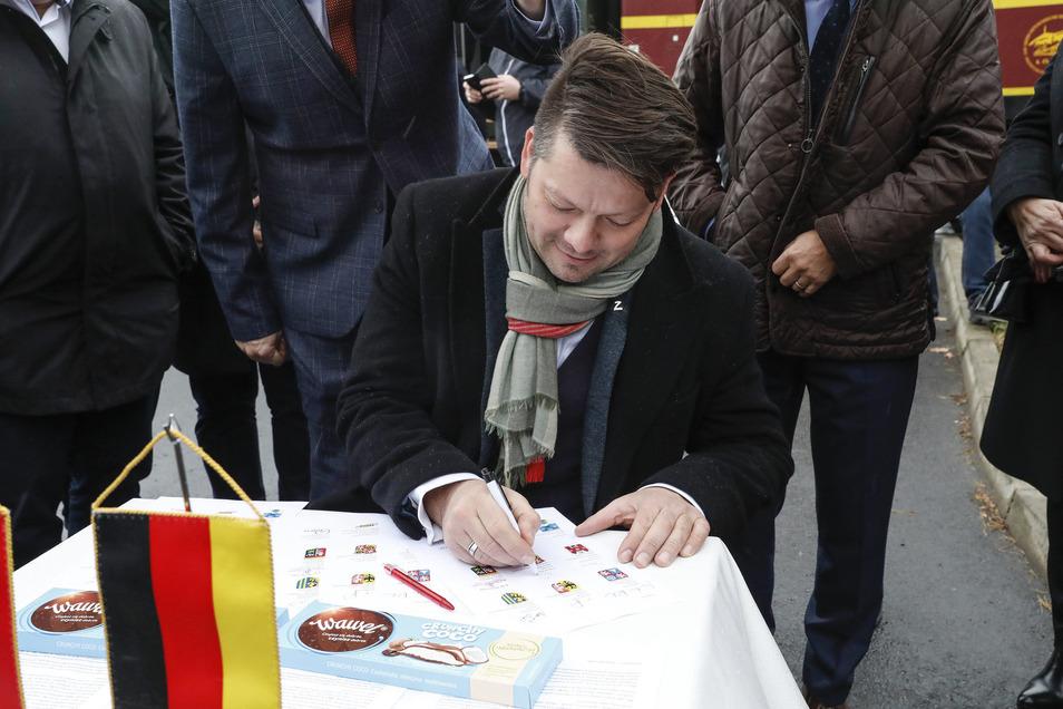 Thomas Zenker bei der Unterzeichnung des Memorandums.