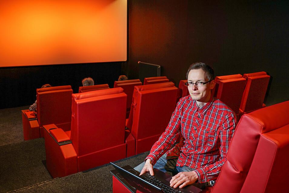 Der Assistent der Kinoleitung, Christian Hoyer, kann schon bald mit dem Tablet oder Laptop die Technik im Kino in Bautzen steuern.