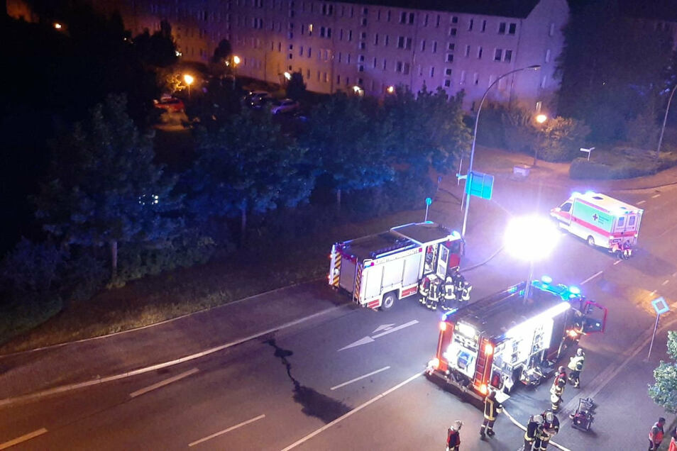 Während der Löscharbeiten waren mehr als 60 Einsatzkräfte vor Ort. Die Chemnitzer Straße war in dieser Zeit voll gesperrt.