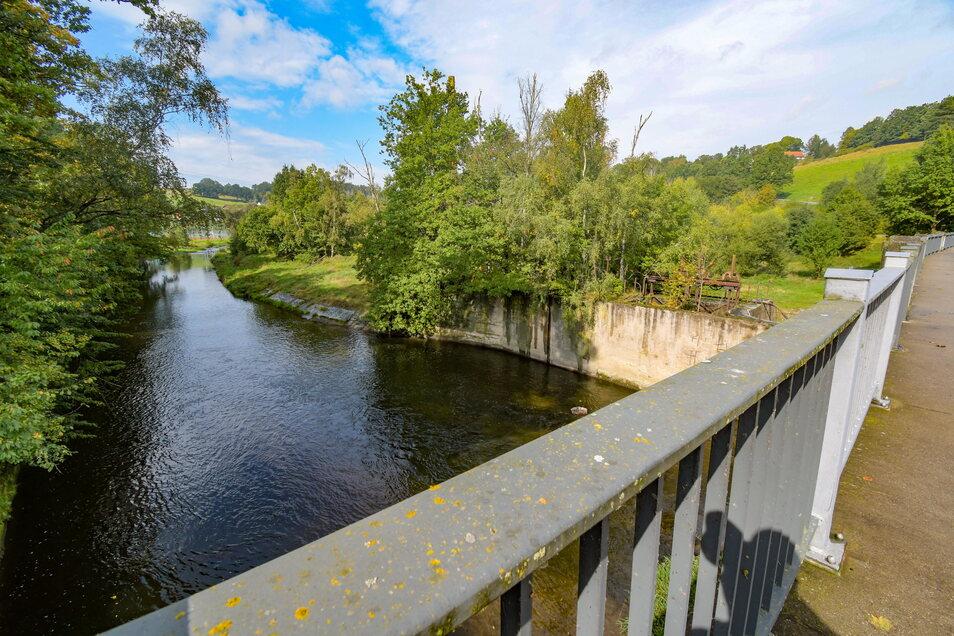 Irgendwo am Ufer der Mulde vor Niederstriegis muss sich noch eine Saugstelle für die Steigleitung befinden. Diese wurde etwa in den 1970er-Jahren zur Löschwasserversorgung des Ortes Ullrichsberg gebaut.