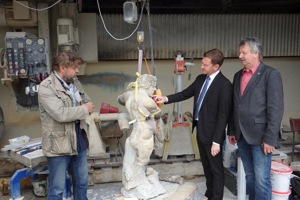 Ministerpräsident Michael Kretschmer (Mitte) besuchte den Bildhauerbetrieb von Sven Schubert (links), auch der Gablenzer Bürgermeister Dietmar Noack (rechts) sah die Skulptur zum ersten Mal seit dem Fund.