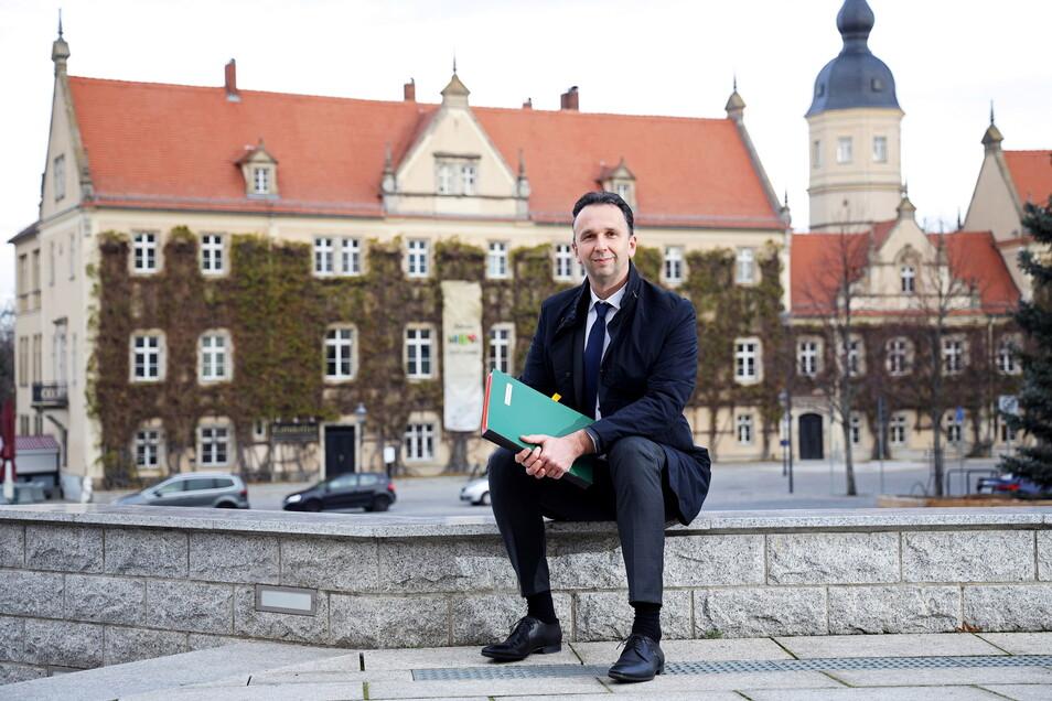 Marco Müller vor dem Riesaer Rathaus.