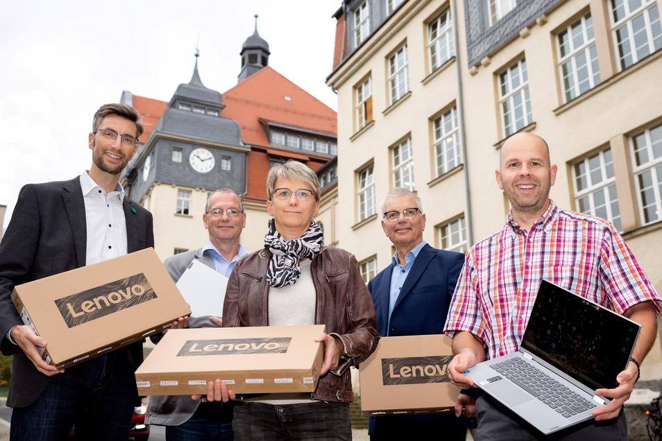 Ronald Kretzschmar (li.) und Isolde Adam (Mitte) von der Stadtverwaltung mit den Schulleitern Andreas Seltmann, Jörg Hubert und Ronny Friebe (v.l.n.r.).