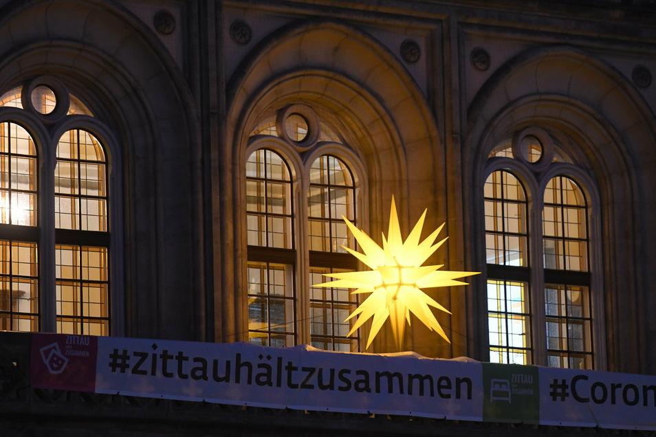 Schon länger strahlt der Stern vom Rathaus-Balkon.
