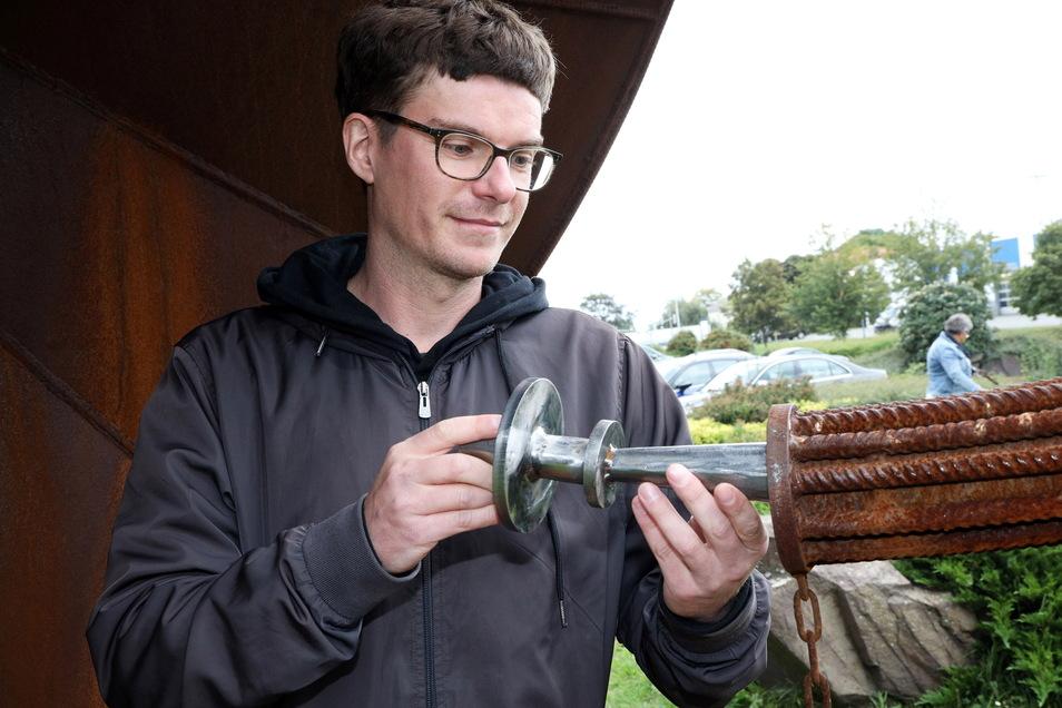 """Der Riesaer Künstler Matthias Seifert hat das Horn geschaffen. Auch wenn das Kunstwerk, das eigentlich den Titel """"Resonanz"""" trägt, nicht als Instrument angelegt war, zeigt sich Seifert angetan davon, dass es jetzt als solches verwendet wird."""