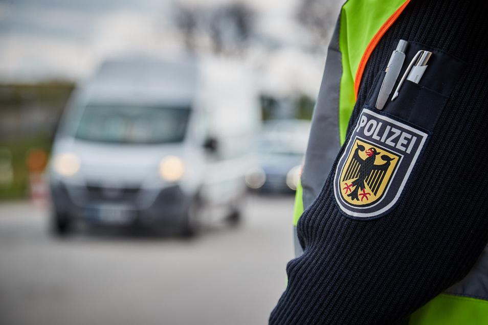 Am Wochenende kontrollierte die Bundespolizei routinemäßig die A17. Dabei gingen ihnen mehrere gesuchte Straftäter ins Netz.