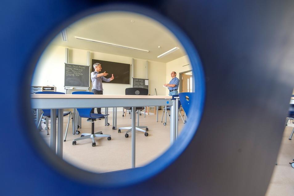 Blick in ein Klassenzimmer: Stühle und Tische lassen sich per Rollen bewegen. Die Tafelwand verfügt über einen großen Flachbildschirm.