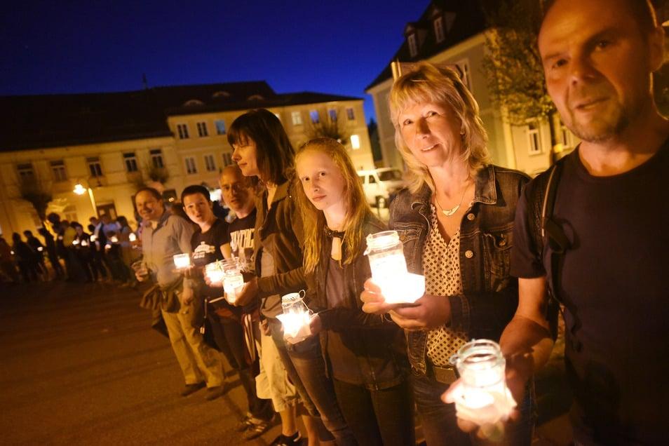 Eine Menschenkette bei einem der Friedenfeste, die die Ostritzer schon sieben Mal auf dem Marktplatz veranstaltet haben - als Gegenpol zu den rechtsextremen Treffen am Stadtrand.