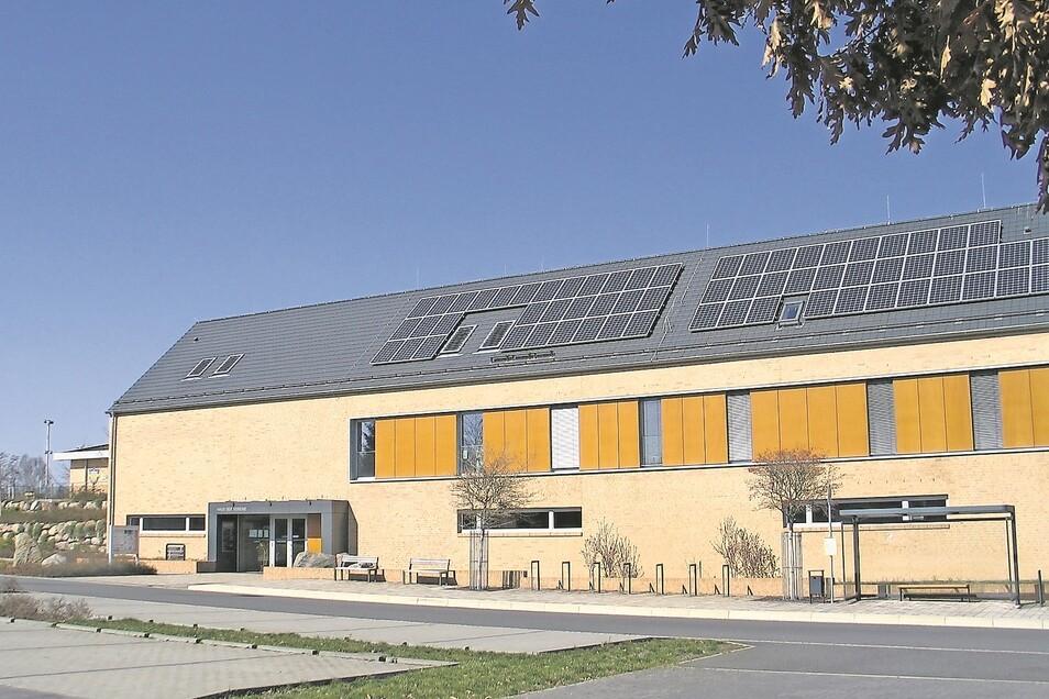 """Das Haus der Vereine ist Teil der """"lebendigen Mitte"""" von Trebendorf. Es wurde unter maßgeblicher Beteiligung der Vattenfall Europe Mining AG als bergbaubedingte Ausgleichsmaßnahme errichtet. Nach außen hin ein Funktionsbau, von der Nutzung her ein Schmuck"""