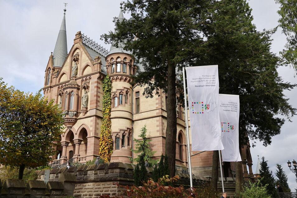 Auf Schloss Drachenburg findet die Ministerpräsidentenkonferenz statt: Zu den Hauptthemen dort zählt der Umgang mit der Pandemie.