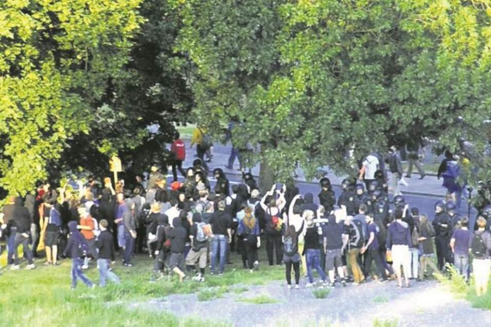 Gegendemonstranten verfolgen die NPD-Anhänger nach der Kundgebung. Die Polizei steht dazwischen.