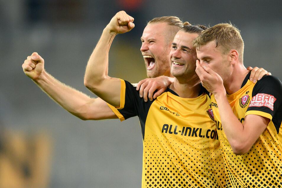 So haben Dynamos Christoph Daferner (r.), Yannick Stark und Sebastian Mai (l.) beim überraschenden Sieg im DFB-Pokal gegen Hamburg gejubelt. Im Landespokal steht nun eine Pflichtaufgabe an.