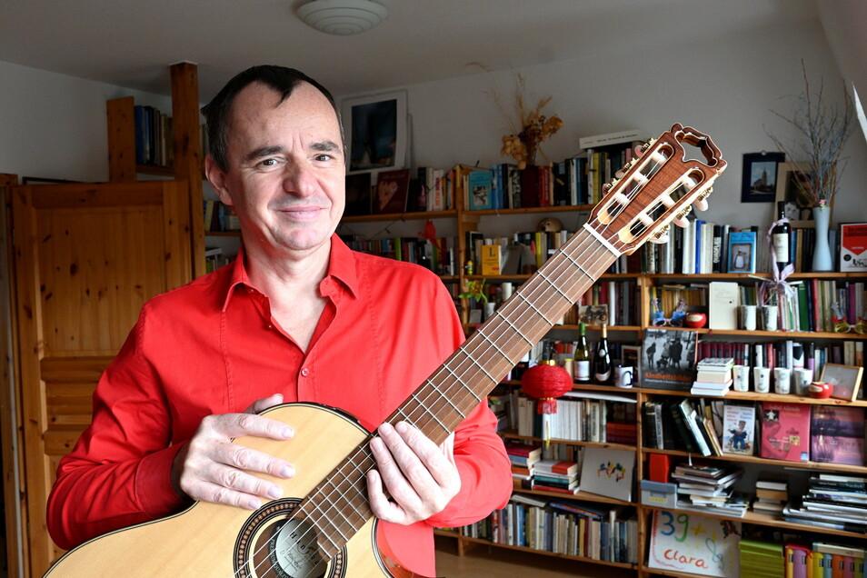 Der Dresdner Gitarrist Frank Fröhlich stellt am Sonnabend sein neues Hörbuch in Tharandt vor.
