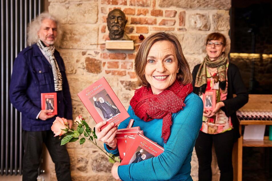Josephine Hoppe präsentiert das Buch über ihren Vater, zu dem Thomas Morgenroth (links) die Texte schrieb und das Sylvia Tietze (rechts) gestaltete.